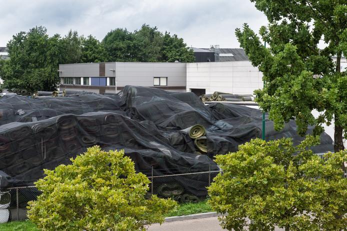 De kunststofgrasmatten stapelen zich op bij Tuf Recycling in Dongen.
