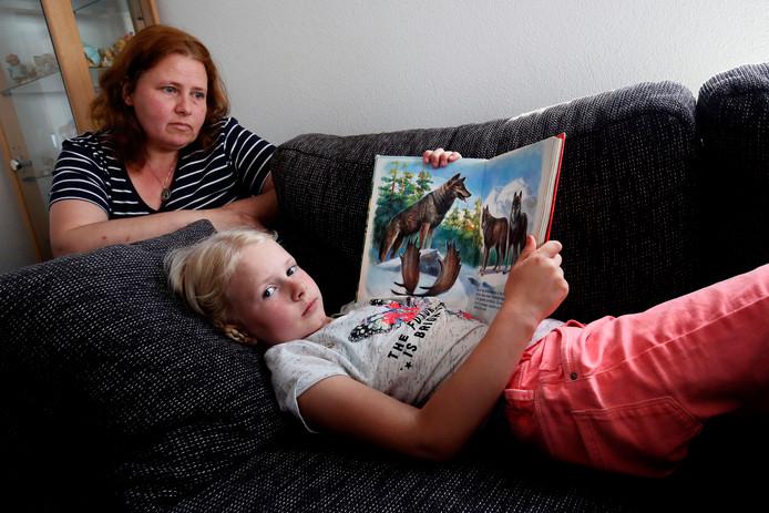 Emma van der Pluijm (7) heeft een chronische vorm van Q-koorts. Haar moeder Angela pleit voor verplichte vaccinatie van smalhoevigen, zoals geiten en schapen.
