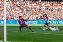 International Tonny Vilhena schiet de bal achter de kansloze Benjamin van Leer, die zondag zijn debuut voor NAC maakte. Arno Verschueren is te laat.
