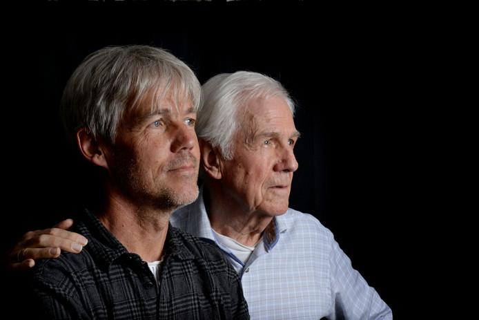 Journalist Frank Timmers (links) en oud-hoofdredacteur Wim Timmers.