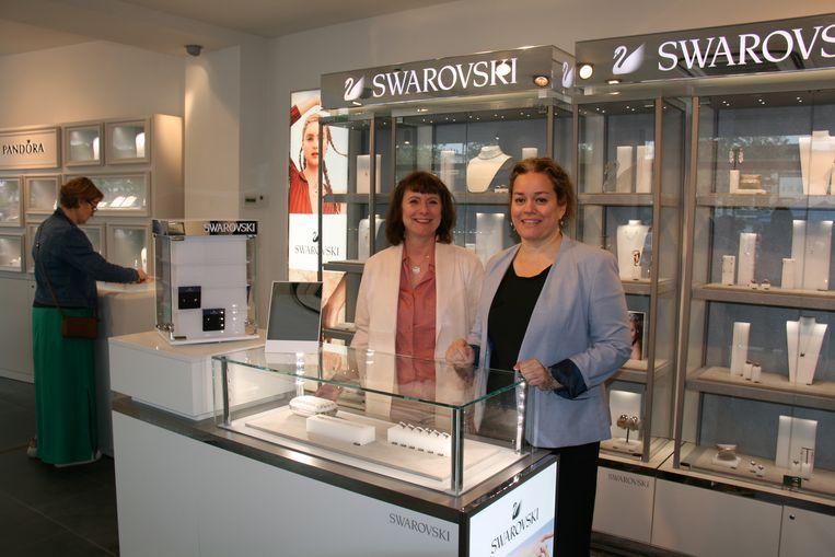 Shopmanager Wini Jacobs (rechts) kan rekenen om de medewerking van Mireille Gomez.