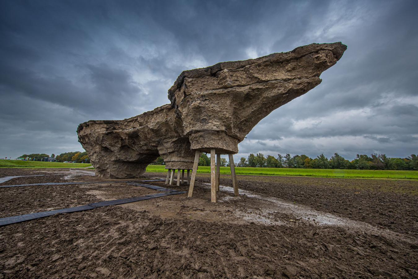 Als een soort ruimteschip zweeft het kunstwerk boven het landschap.