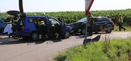 VIDEO: Auto's botsen frontaal op elkaar in Boekel; bestuurder uit auto bevrijd
