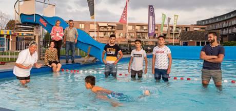 Syrische tienerbroers leren in Stolwijk in recordtempo zwemmen: 'We waren nog nooit in het water geweest'