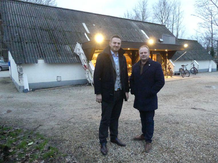 Schepenen Rutger De Reu en Bart Van Thuyne aan de Gavergans, het lokaal van de schuttersvereniging dat een make-over krijgt.