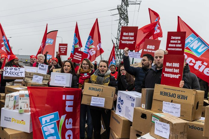 De sector FNV Zorg & Welzijn voerde maandag  samen met tientallen medewerkers van de Hoenderloo Groep actie voor de deur van het hoofdkantoor Pluryn. Zij zijn boos om de sluiting van Hoenderloo Groep.