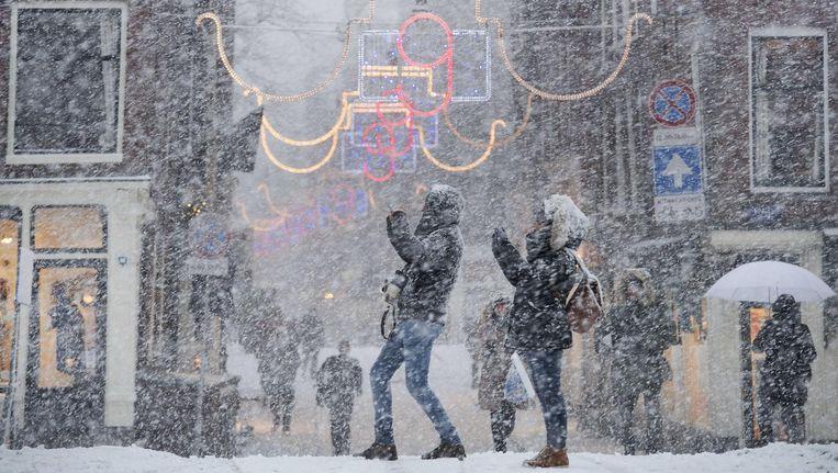 Toeristen in de sneeuw Beeld anp