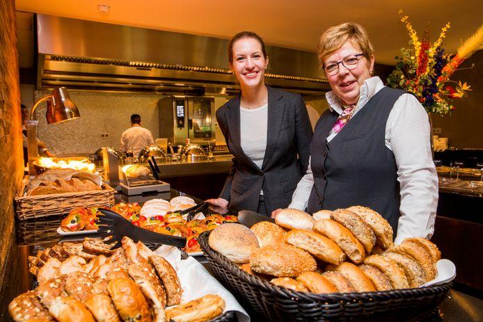 Manager Roos van der Valk (links) en Aty Oude Ophuis bij het uitgebreide ontbijtbuffet.