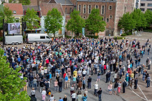 1.500 mensen woonden de plechtigheid bij op het Possozplein.