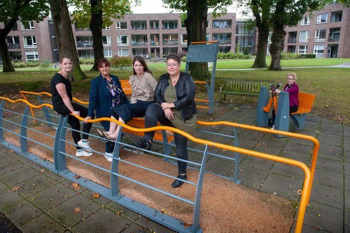 Vughtse 'Helden van de Zorg'. Vlnr Melanie van der Plas, Ilona den Haring, bestuurder Peggy van der Koelen en Nancy van Grinsven.