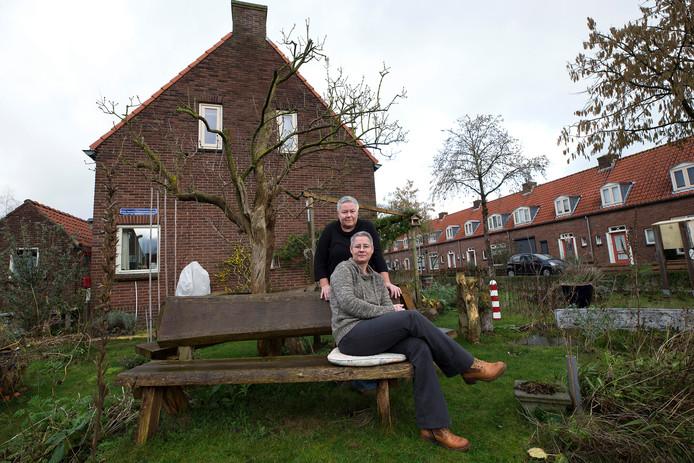 Herma Kraan en  Maya Althuizen (voor) uit Doesburg. Zij willen graag de bomen in hun straat behouden, ook die de gemeente wil kappen.