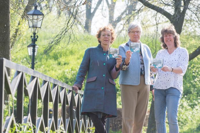 Harmke Mastenbroek, Hennie Monrooij en Monique de Beer (v.l.n.r.) met de DVD van hun documentaire Drijvend Verleden over Vreeswijk in oorlogstijd.