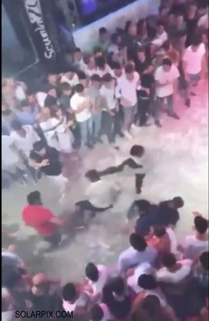 Op camerabeelden is te zien hoe tientallen anderen toekijken hoe de jonge Italiaan wordt doodgeschopt.