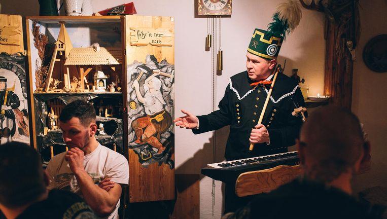 In 18de-eeuws mijnwerkerskostuum houdt Frank Salzer thuis een voorstelling voor de Heimatvereniging over het belang van tradities. Beeld Fabian Brennecke