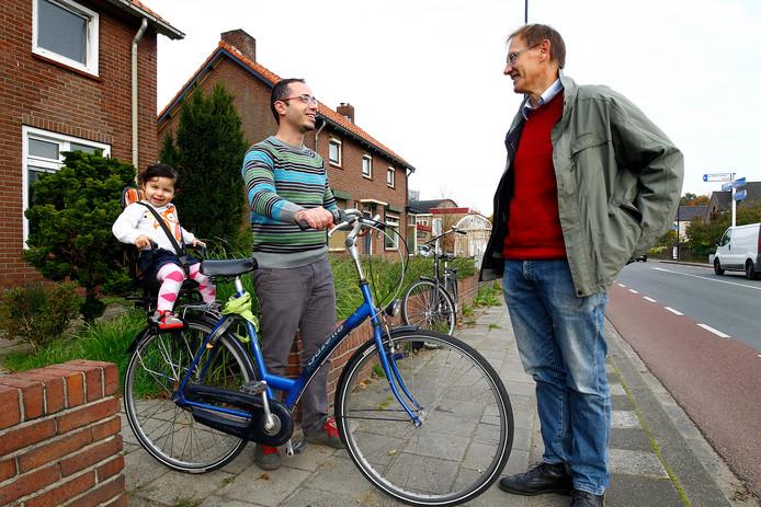 Hayo Canter Cremers (rechts) in gesprek in Terborg. De gedreven D66-politicus stopt er na acht jaar mee.