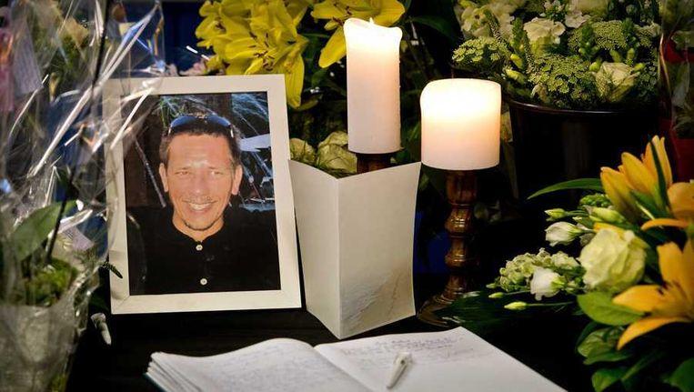 Bloemen, kaarsen en een foto ter nagedachtenis van grensrechter Richard Nieuwenhuizen. Beeld anp