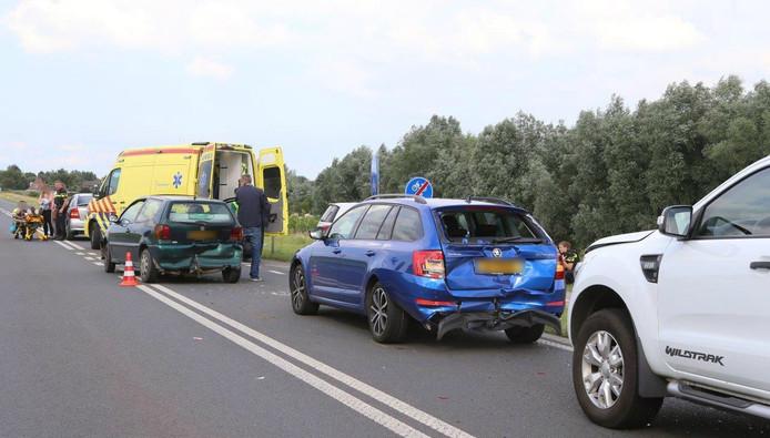 De auto's kwamen met elkaar in botsing op de Van Heemstraweg tussen Rossum en Heerewaarden.