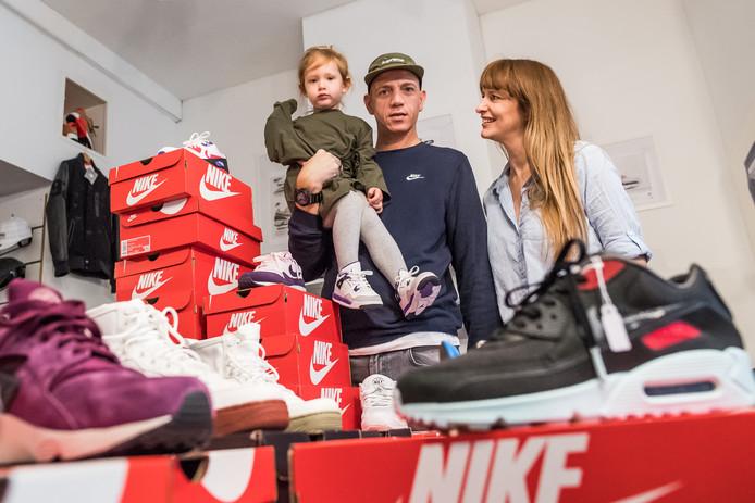 Jeff en Talitha en dochter Jazzl houden stand in sneakerland.