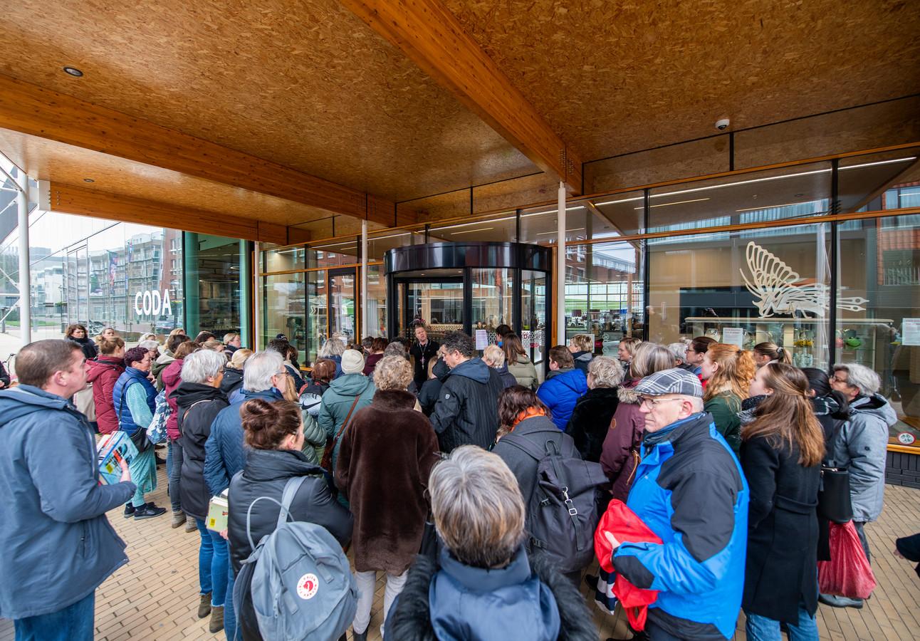 Al ruim voor de opening van de bibliotheek van CODA om 10.00 uur drongen bezoekers al samen voor de ingang.
