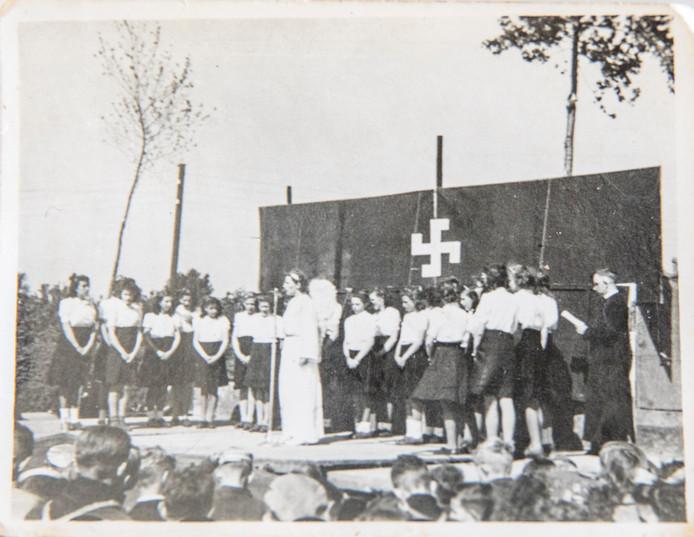 Reproductie van foto Bevrijdingsspel Ovezande 1946, Nel de Kraker en Sophie de Meij staan hierbij op het podium
