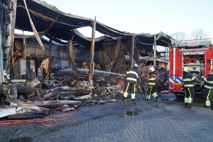 De brandweer moest maandagmiddag terug naar Vlijmen om opgelaaid vuur te blussen.