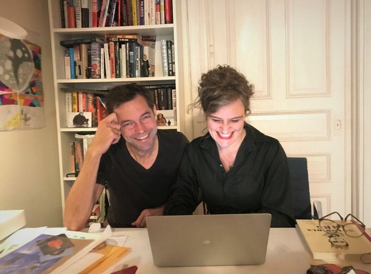 Verslaggevers Michael Persson en Anne van Driel aan het werk aan hun keukentafel in New York. Beeld Olek Persson