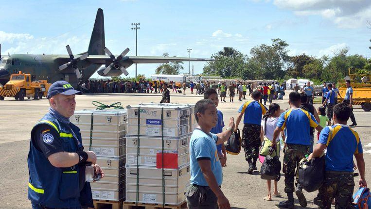 Duitse hulpverleners arriveren op het vliegveld van Cebu. Beeld EPA