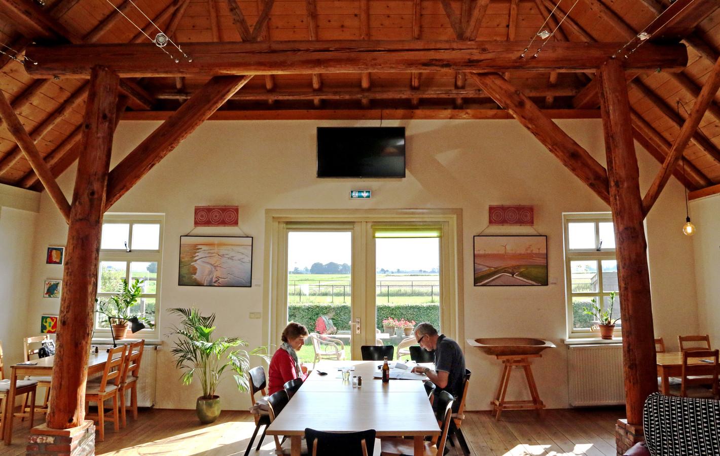 Hans en Jetty Speelman aan tafel in de eetzaal van boerderij De Diek'n in Zeerijp, in Noord-Groningen. Zomer in NL, Loppersum.