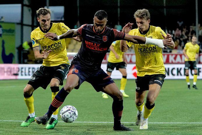 Mario Bilate van RKC in duel met twee VVV'ers.
