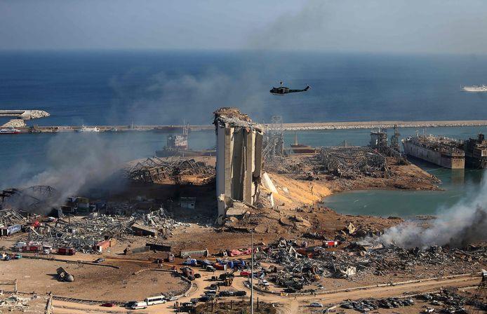 Vernielde graansilo's in de haven van Beiroet.