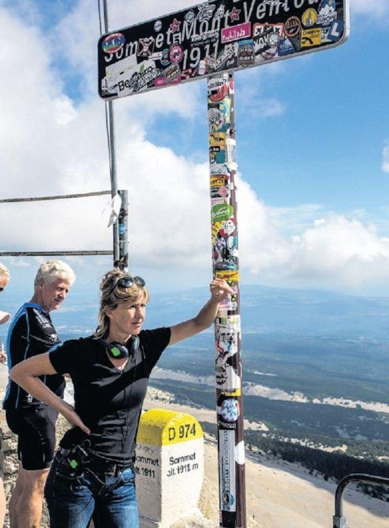 Nicole van Kilsdonk op de top van de Mont Ventoux. Beeld