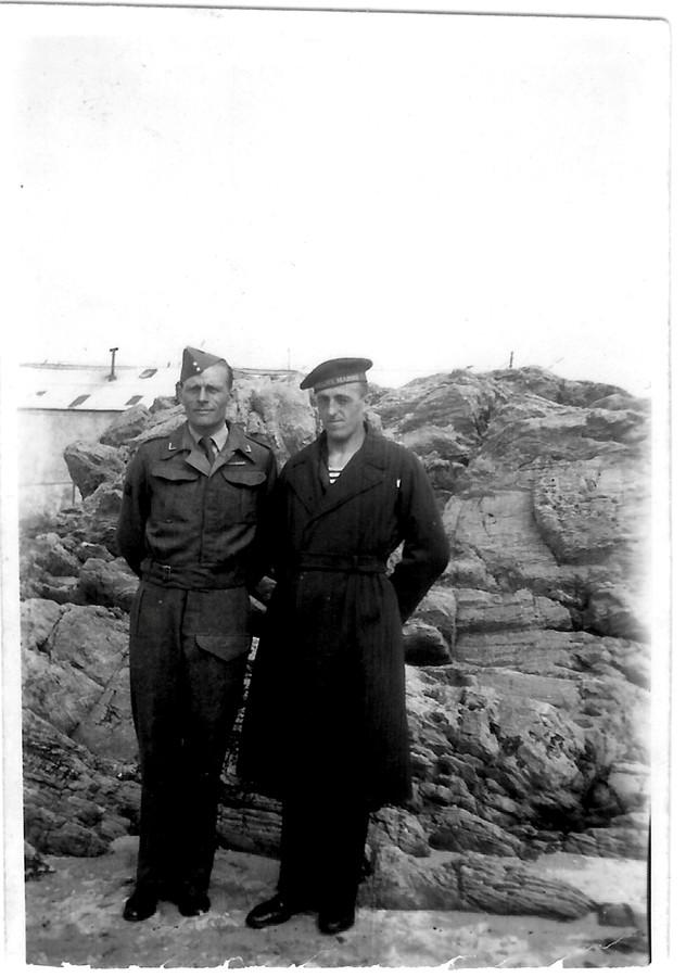 Pieter Dourlein met zijn broer Joost tijdens hun hereniging in Engeland in 1942 in Holyhead, waar Joost toen op de Hr. Ms. Styuyvesant diende.