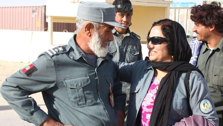 Negars voorgangster luitenant Islam Bibi (rechts) heeft onderonsje met collega. Bibi werd in juli vermoord. Beeld ap