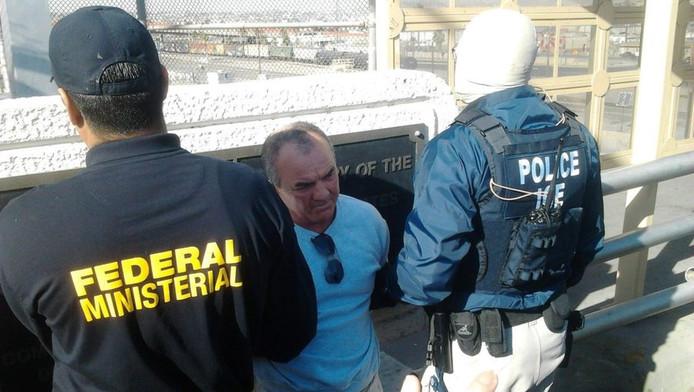 Agenten begeleiden Roberto Flores, alias Ramiro Adame Lopez (midden) nadat hij is uitgeleverd door de Verenigde Staten aan Mexico.