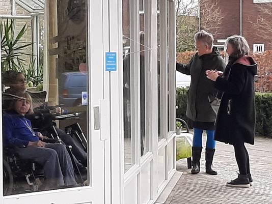 Lenny Kuhr en Jolanda Bekkers van de dagbesteding zeggen bewoners van verpleeghuis Dommelhoef in Eindhoven gedag voor het optreden.