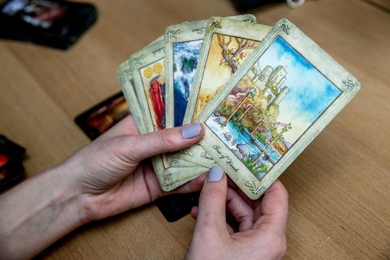 Er bestaan honderden tarotspellen, ofwel tarotdecks. In cursussen wordt meestal gewerkt met het bekendste deck, de Rider-Waite. Beeld Jean-Pierre Jans