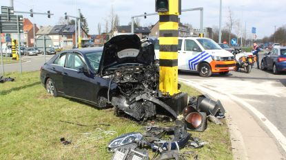 Auto knalt tegen verkeerslicht: signalisatie dendert naar beneden