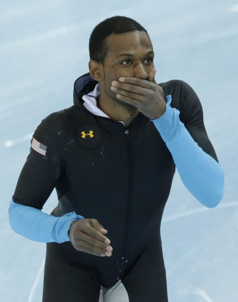 Shani Davis in zijn oude pak tijdens de 1500 meter Beeld ap