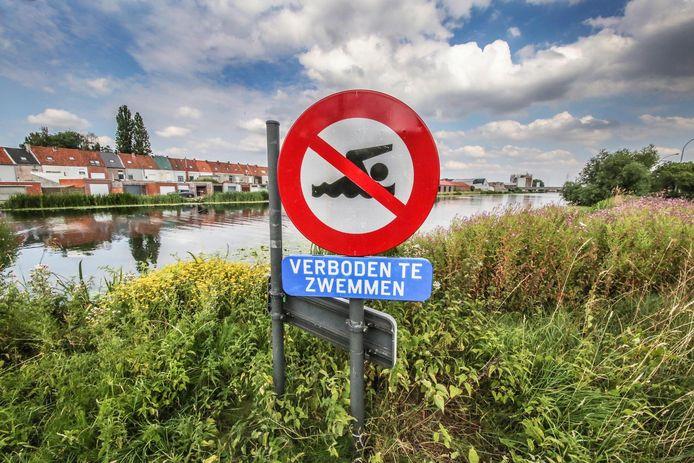 Langs het kanaal Bossuit-Kortrijk staan bordjes 'verboden te zwemmen'.
