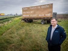 'Spasiba!' Brabander Hugo Jansen steunt Poetin met grote borden langs de snelweg