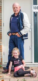 Leo van der Velde met kleindochter Rachel.