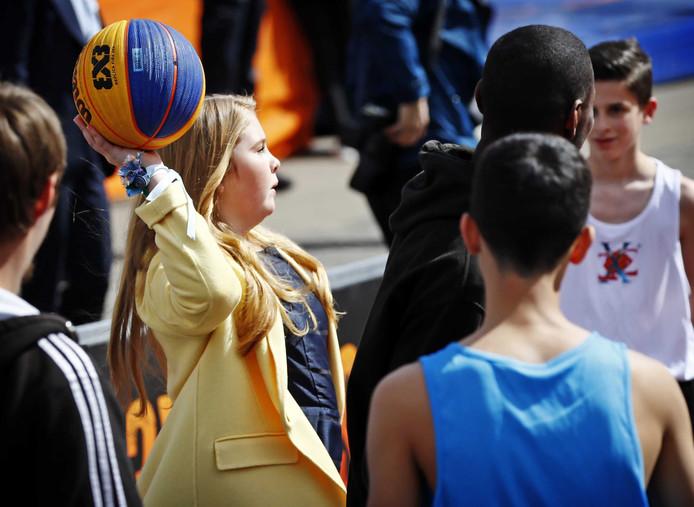 Prinses Amalia werpt een basketbal tijdens Koningsdag 2017 in Tilburg.