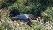 Auto belandt in gracht naast de snelweg in Zandvoorde, vader en dochter ongedeerd