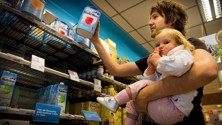 Babymelkpoeder in de schappen van de Albert Heijn, waar een limiet geldt van maximaal drie stuks per klant. Beeld null