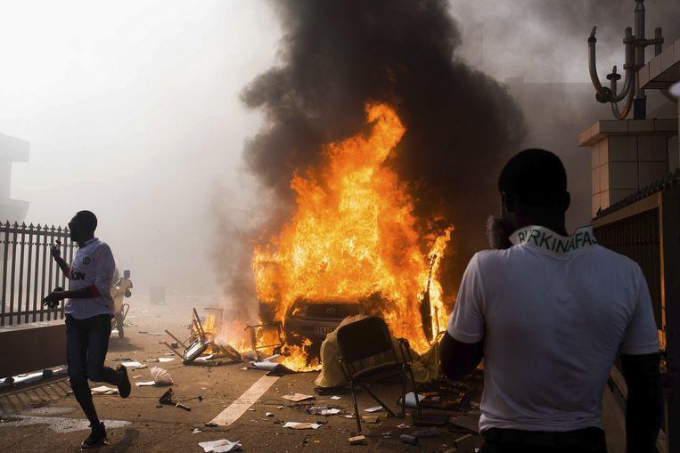 Donderdag zijn bij de protesten in Ouagadougou zeker vier doden gevallen. Beeld null