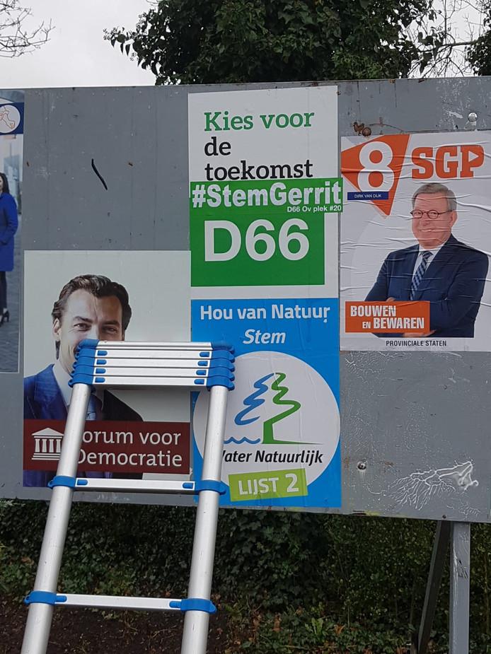 Gerrit Hartholt uit Dedemsvaart wil als 'arbeider' gekozen worden in de Provinciale Staten van Overijssel. Hij heeft stickers bedrukt met de tekst #StemGerrit. En plakte die ook op het D66-affiche op dit verkiezingsbord.