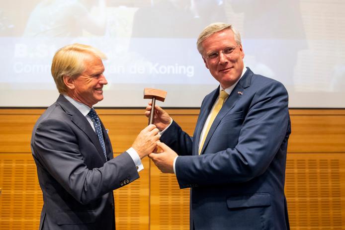 Andries Heidema (rechts) krijgt de voorzittershamer van Boele Staal.