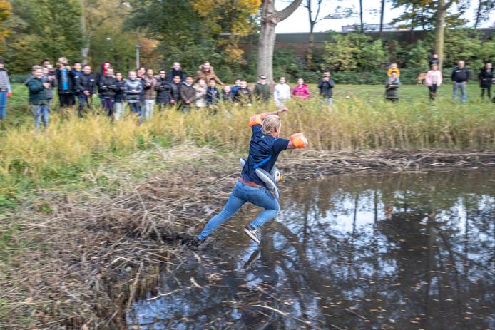 Meester Luc ten Brundel verloor de weddenschap met zijn klas. Voor 5.000 likes moet hij het slootwater van Park de Hogenkamp in.