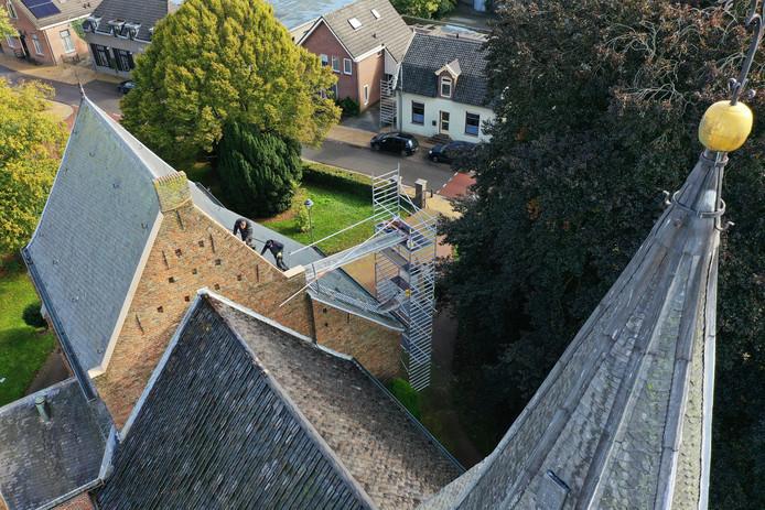 De Valburgse kerk in de steigers. Die komen volgende week terug om de buitenmuren op te knappen