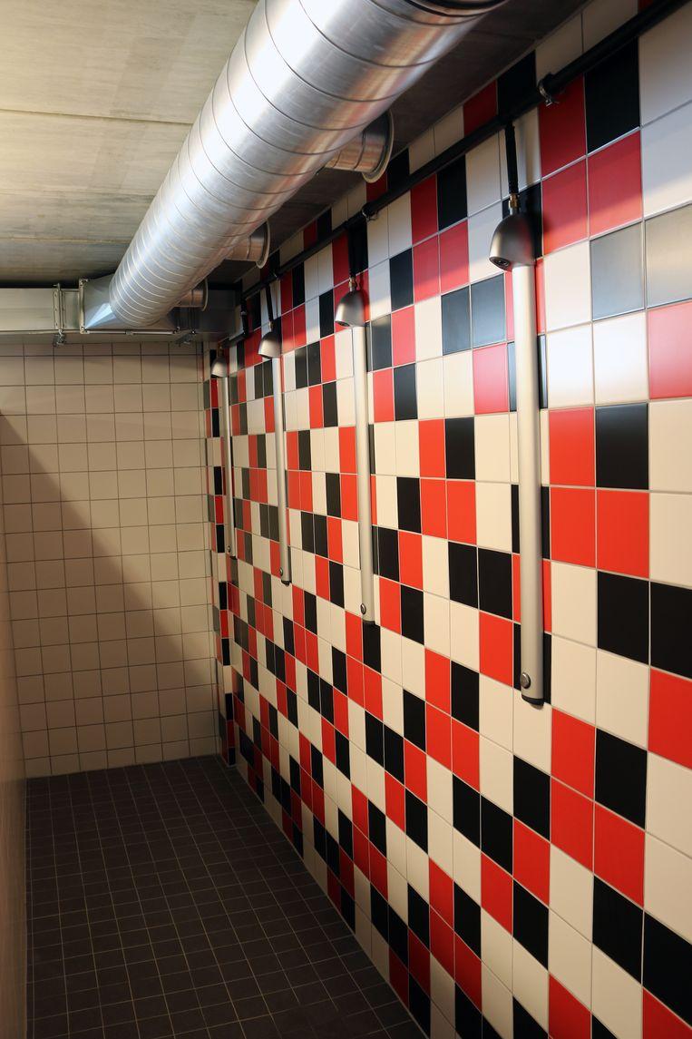 Het sanitair werd ook helemaal zelf betegeld. In elke doucheruimte is er een ander tegelmotief.